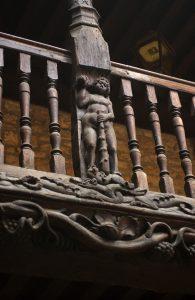 Un détail de la galerie sculptée du temple Saint Esprit