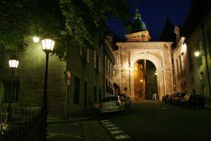 La Porte noire rénovée vue de nuit