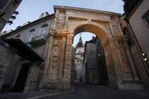 Vue sur la Porte noire rénovée