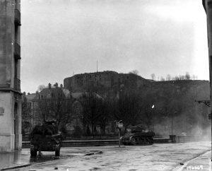 Les chars de la 1ère Armée combattent pour la libération de Belfort. Ils prennent ici position afin de tirer sur la Citadelle, toujours tenue par les Allemands. 22 novembre 1944.